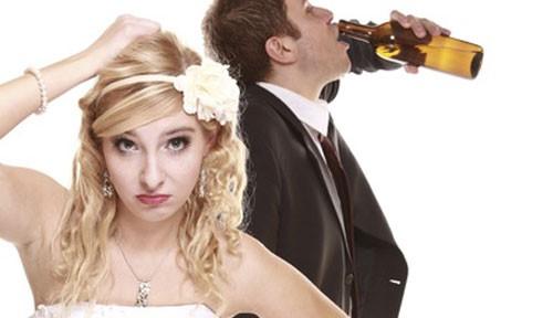 Junggeselle bei Hochzeit betrunken