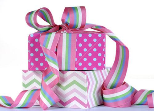 Geschenkkartons mit Schleifen