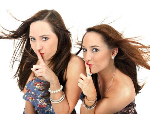 Zwei junge Frauen beim Planen einer Bridal Shower