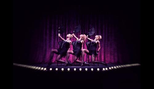 Burlesque Tänzerinnen auf der Bühne